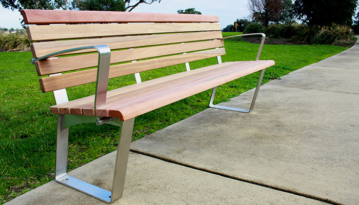 Kiama seat with back and arm rests